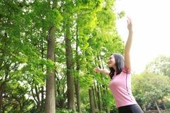 自由粗心大意的causual秀丽女孩拥抱容忍自然在森林公园享受好时间 免版税库存照片