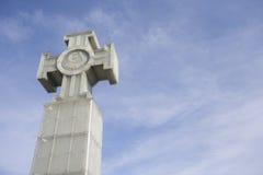 自由纪念碑低角度视图反对多云天空,塔林,爱沙尼亚,欧洲的 库存照片