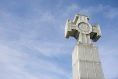 自由纪念碑低角度视图反对多云天空,塔林,爱沙尼亚,欧洲的 库存图片