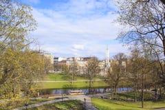 自由纪念碑的美丽的景色在Vermanes庭院,里加,拉脱维亚里 免版税图库摄影