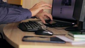 自由职业者与膝上型计算机和片剂一起使用 影视素材
