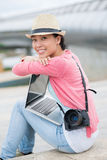 自由职业者的可爱的摄影师 免版税库存照片