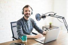 自由职业者的podcaster在家演播室 库存照片