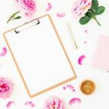 自由职业者秀丽构成的博客作者 与剪贴板、笔记本、笔和桃红色玫瑰的工作区在白色背景 平的位置, 免版税图库摄影
