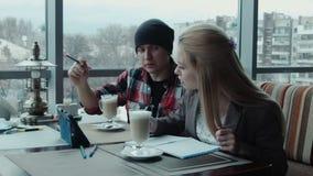 自由职业者设计师谈论项目使用片剂在咖啡馆 影视素材