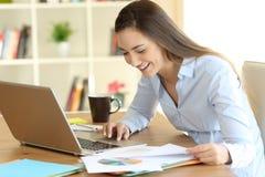 自由职业者运作的在家比较在线数据 免版税图库摄影