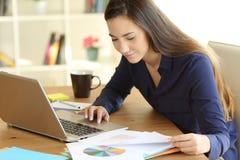 自由职业者运作的读书文件在家 免版税图库摄影