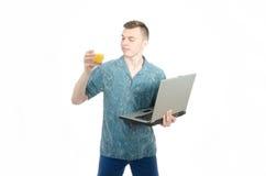 自由职业者 工作在计算机的年轻人 免版税图库摄影