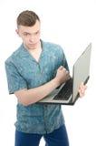 自由职业者 工作在计算机的年轻人 免版税库存图片