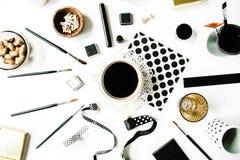 自由职业者黑样式工作区用无奶咖啡,写生簿,餐巾,丝带,油漆刷 免版税库存图片