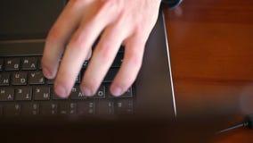 自由职业者` s顶视图递键入在咖啡馆的膝上型计算机键盘 工作在办公室的生意人 人查寻 股票视频