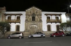 自由议院门面夜,苏克雷,玻利维亚 免版税图库摄影