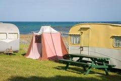 自由野营在葡萄酒有蓬卡车的和帐篷在东海岸靠岸,吉斯伯恩,北岛,新西兰 库存照片