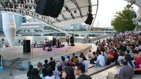 自由音乐会的人们在小游艇船坞散步在新加坡 影视素材