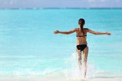 自由飞溅海洋水的比基尼泳装妇女 免版税库存照片