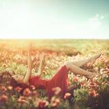 自由 蓝色生态开花健康生活方式本质人天空妇女 库存照片