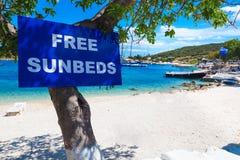 自由sunbeds在一个海滩签字在希腊扎金索斯州海岛 库存照片