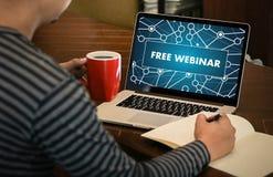 自由WEBINAR在片剂个人计算机屏幕上和由商人手- 图库摄影