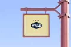 自由WiFi -在蓝天背景的无线互联网标志 免版税库存照片
