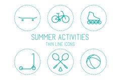 自行车、滑板、溜冰鞋、滑行车、羽毛球、球-体育和休闲,在白色背景的剪影 库存图片