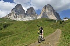 自行车下坡从Passo Sella, Dolomiti,意大利 免版税库存照片