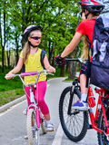 自行车与孩子的道路标志 头戴与背包的女孩盔甲 图库摄影