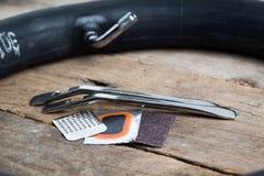 自行车与管的rapair成套工具在焦点外面 免版税库存图片