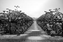 自行车两层的停车处在阿姆斯特丹市 库存图片