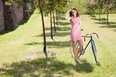 自行车乘驾的俏丽的女孩 免版税库存图片