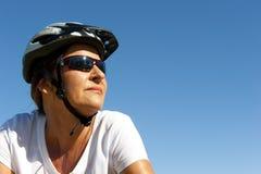 自行车乘驾的适合和健康妇女 库存图片