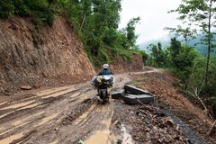 自行车乘驾通过泥泞的土路 免版税库存图片