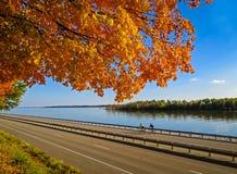 自行车乘驾-沿密西西比河的秋天 免版税库存图片