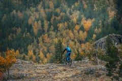 自行车人山年轻人 免版税库存照片