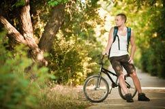 自行车人年轻人 免版税库存照片
