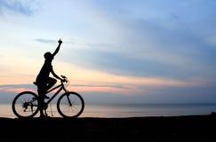 自行车人骑马剪影 库存照片