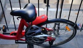 自行车位子和后面轮子的详细的看法从上面 悉尼` s雷迪去自行车分享服务租的提议自行车 免版税库存图片