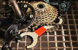 自行车修理,备件的替换 免版税库存照片