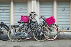 自行车停放与桃红色容器 免版税库存照片