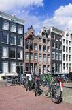 自行车停放了反对有被更新的古老豪宅的路轨,阿姆斯特丹,荷兰 图库摄影