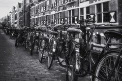 自行车停放了反对运河Oudezijds Kolk的栏杆 库存图片