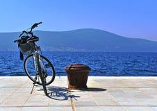 自行车停放在海 库存图片