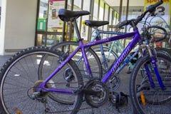 自行车停放在超级市场入口 图库摄影