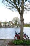 自行车停放在purmerend的运河 图库摄影
