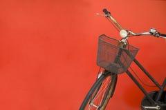 自行车停放的红色墙壁 库存图片