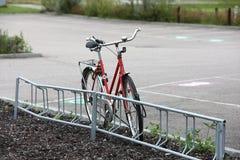自行车停放的街道 库存照片