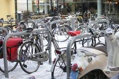 自行车停放的雪 免版税库存图片