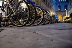 自行车停车处在夜之前在佛罗伦萨 免版税库存图片
