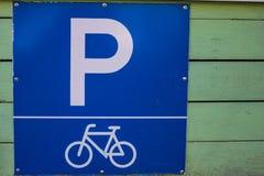 自行车停车处的标志 免版税库存图片