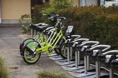 自行车停车处自动售货机米为在Kawag的人使用 库存照片
