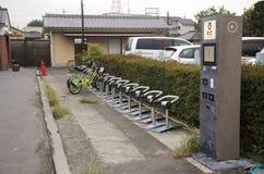 自行车停车处自动售货机米为在Kawag的人使用 免版税图库摄影